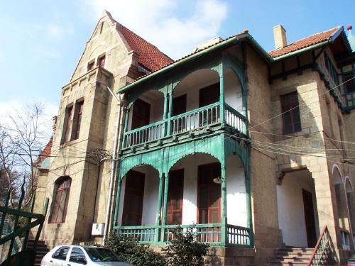 坐落于观象山西北坡,约建于1907年,是当时青岛全市最高的建筑物.