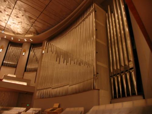 这就是国家大剧院音乐厅管风琴的固定演奏台,四排手键盘和一图片