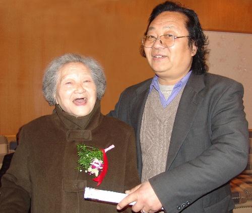 李成林和国画大师李可染先生的夫人邹佩珠女士合影留念图片