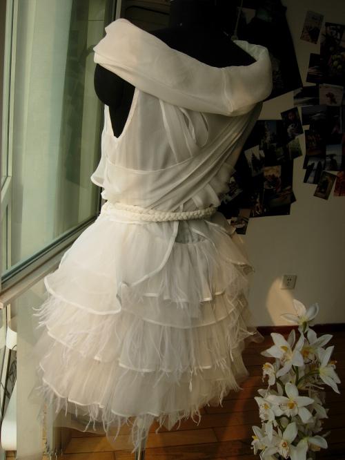 黑色蕾丝小礼服:这款小礼服款式简洁
