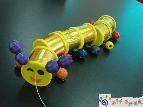 材料:小的圆柱体罐子(薯片罐),钢丝,彩色的小圆珠,棉线