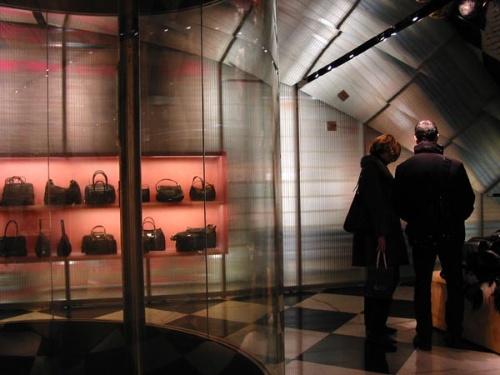 试衣间另一侧是粉红色集成电路板状的格子,将衣服挂进去,屏幕上会显示