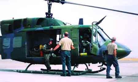 躲在棕树林里的伊拉克武装分子向直升机发射了两枚红外制导的sa-7便携