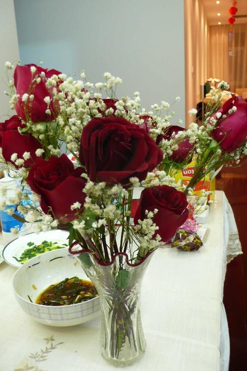 回到家里再把玫瑰花剪枝,插到玻璃瓶里,真的有这么点过节的