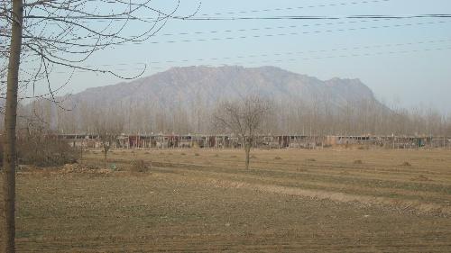 河北省曲阳县城东七里庄村,后面是嘉山也叫无影山!