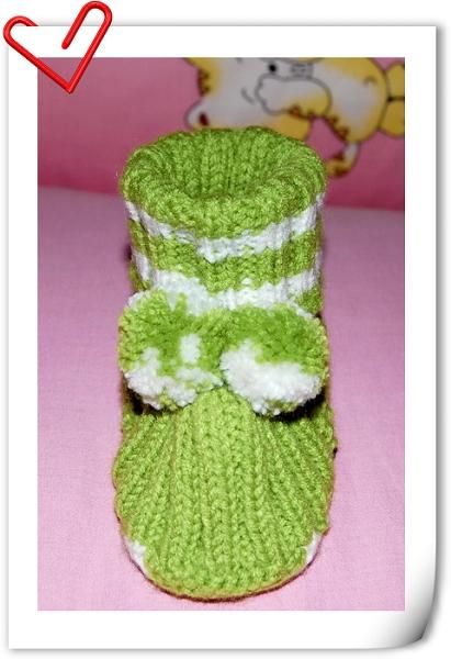 在网上看了一个宝宝贝壳鞋的织法,照猫画虎给宝宝织,第一次织的太小