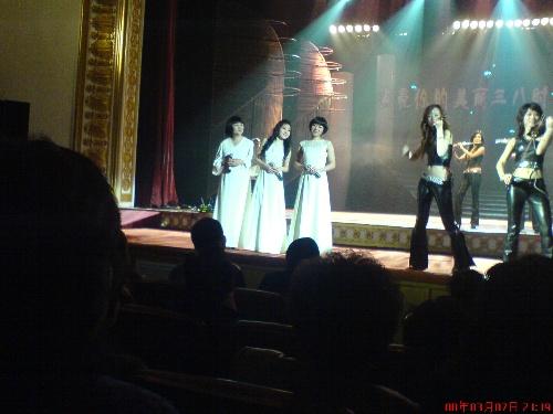在武汉剧院听黑鸭子组合唱歌,真动听