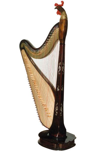 新型雁柱箜篌的外形跟西洋竖琴比较接近,但不同的是它有两排琴弦,每排图片